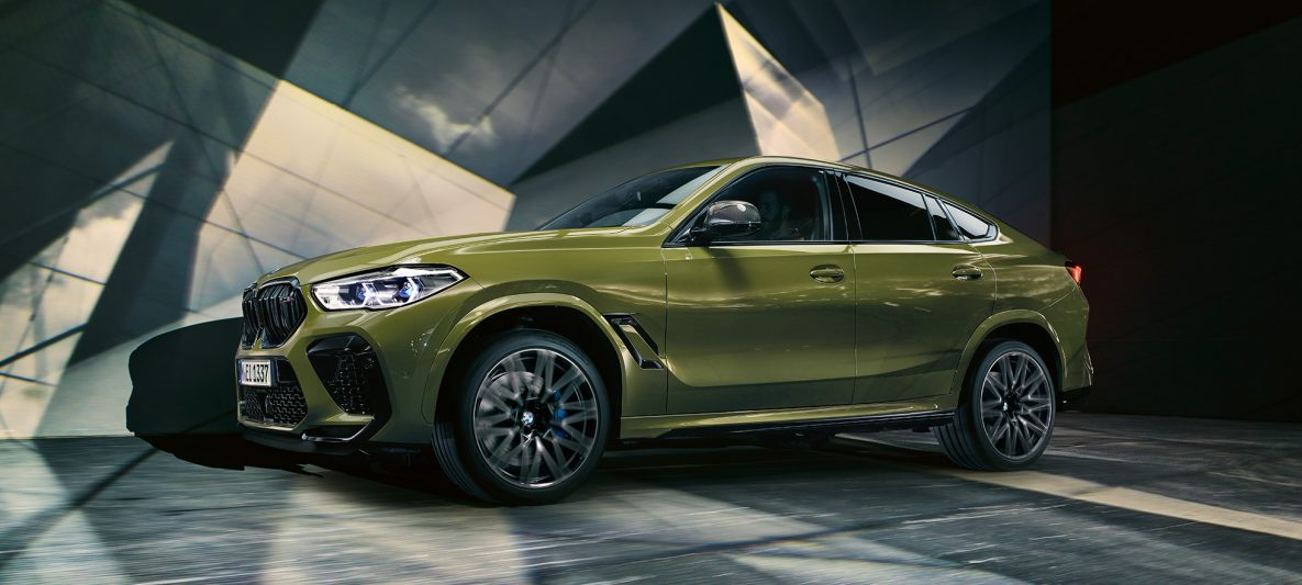 BMW X6 M Competition mit M Leichtmetallrädern F96 BMW Individual Sonderlackierung Urban Green Seitenansicht